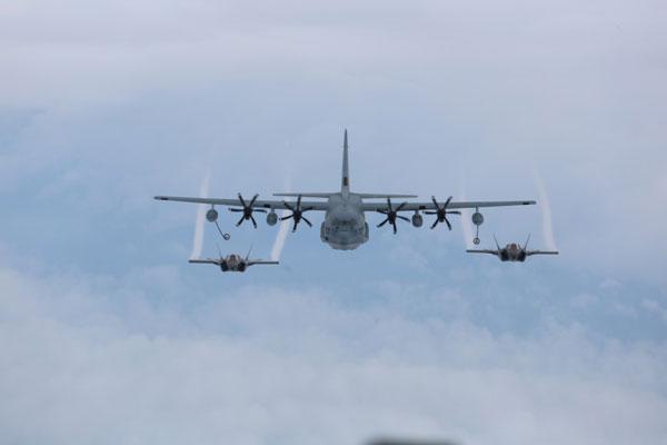 Phiên bản KC-130 có thể mang theo 21,7 tấn nhiên liệu hàng không để tiếp cho nhiều loại máy bay khác nhau. Trong ảnh, 2 tiêm kích tàng hình F-35 đang tiếp cận vòi tiếp nhiên liệu của KC-130.