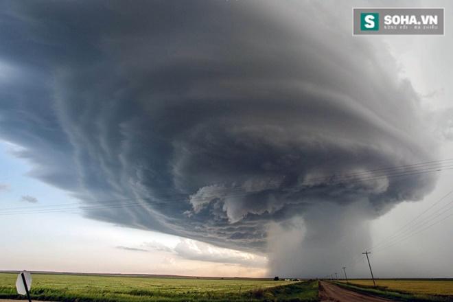Cơn bão đáng sợ đã tạo ra trận mưa đá với những hạt mưa to như quả bóng chày.