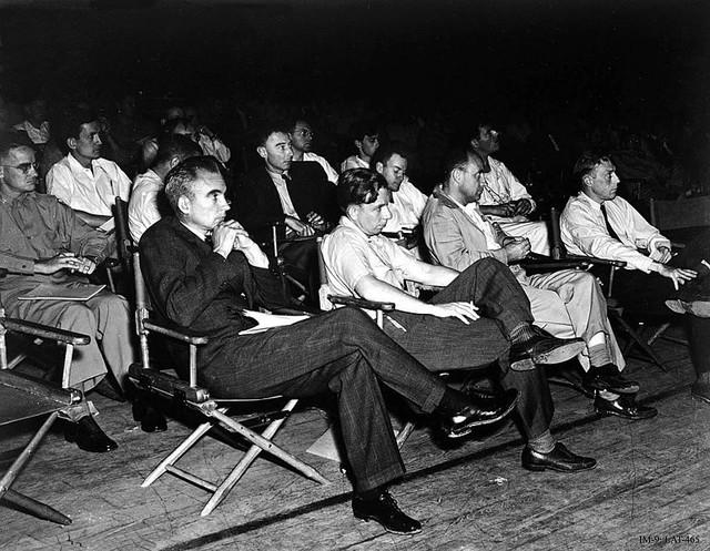 Các nhà vật lý tại một hội thảo do Dự án Manhattan tài trợ tổ chức tại Los Alamos.