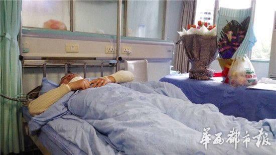 Vị bác sĩ trẻ phải nhập viện vì bị gia đình bệnh nhân đuổi đánh gây chấn thương nặng nề.