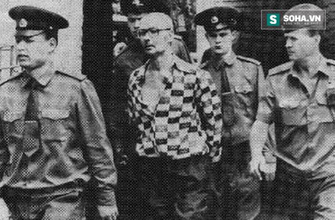 Sau 12 năm truy lùng, Andrei Chikatilo (áo kẻ ca rô) đã bị cảnh sát bắt giữ. Ảnh: Internet.