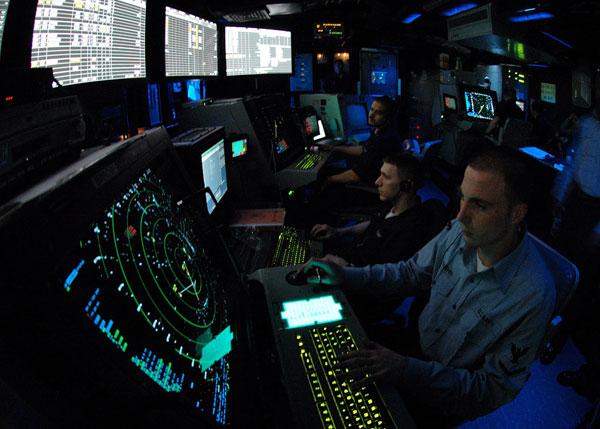 Trung tâm kiểm soát không lưu: Đây là nơi đảm bảo an toàn bay cho các hoạt động hàng không trên tàu sân bay. Các nhân viên điều khiển sẽ dựa trên dữ liệu từ radar để điều phối hoạt động cất hạ cánh. Bộ phận này có chức năng tương tự như đài kiểm soát không lưu tại các sân bay dân sự.