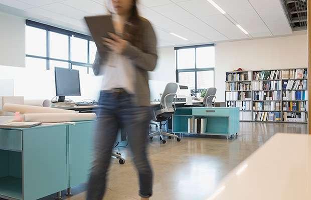 Trong giờ làm việc, hãy tranh thủ 5 phút đi bộ để đạt được mục tiêu