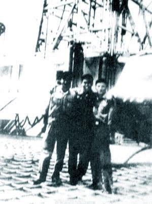 Tấm ảnh hiếm hoi của Tổ bay UH-1 số 779 do lái chính Nguyễn Xuân Trường điều khiển bay ra tàu khoan Dan Queen Xuân 1979.