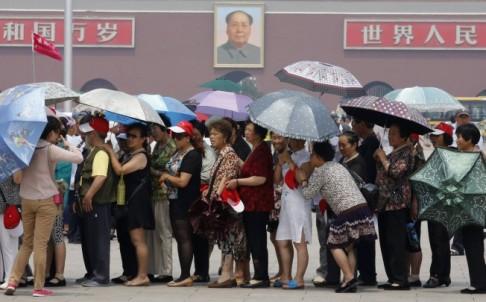Du khách Trung Quốc ồn ào, huyên náo ở quảng trường Thiên An Môn.