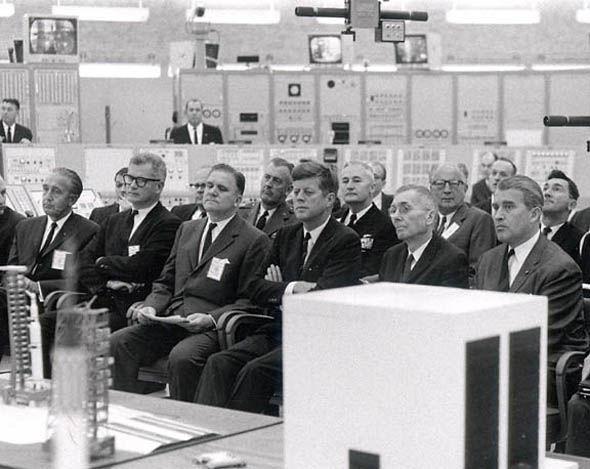 Tổng thống Mỹ John F. Kennedy đang ngồi họp