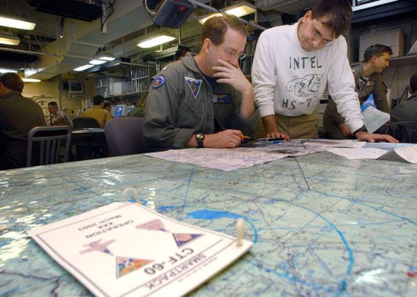 Trung tâm tình báo: Đây là nơi lập kế hoạch nhiệm vụ. Các sĩ quan tình báo sẽ cung cấp cho phi công những chi tiết mới nhất về tình trạng, vũ khí, sơ đồ bố trí của đối phương dựa trên thông tin do các phương tiện trinh sát tình báo cung cấp.