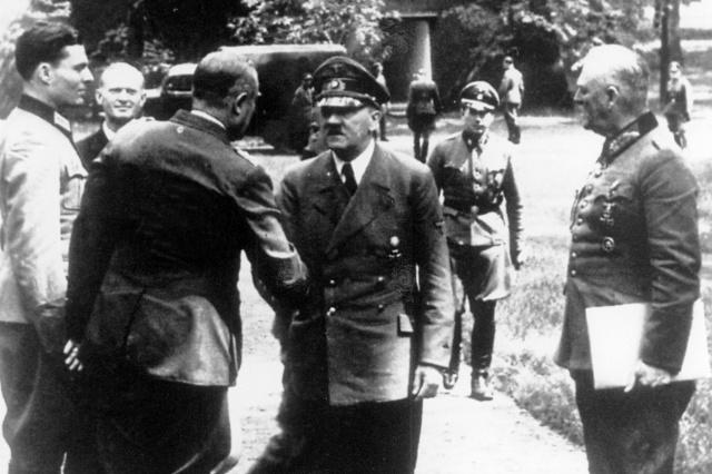 Đại tá Stauffenberg ngoài cùng bên trái, gặp Hitler tại căn cứ tư lệnh khu Rastenburg