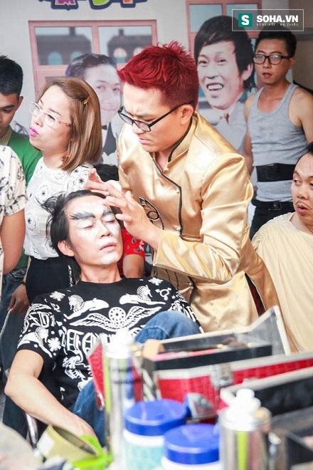 Dù là chuyên gia make-up hay nghệ sĩ, thùng make-up phải luôn được để trên bàn.