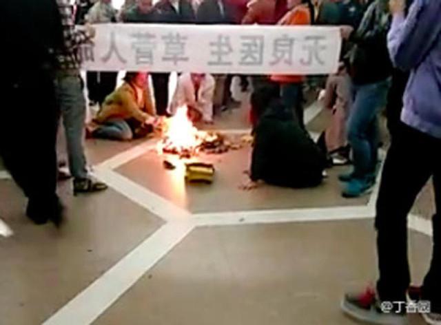 Gia đình bệnh nhi tử vong đã tiến hành lễ tưởng niệm ngay tại sảnh bệnh viện và dùng vũ lực bắt các bác sĩ quỳ trước di ảnh cháu bé để đốt vàng mã.