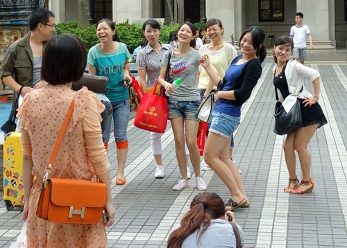 Du khách Trung Quốc tạo dáng mọi lúc, mọi nơi một cách phản cảm.