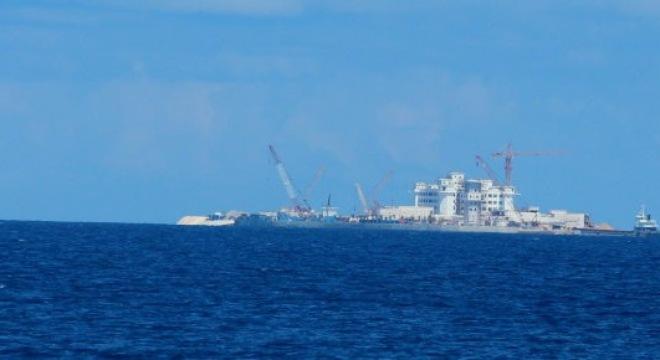 Tàu vận tải của Trung Quốc chở vật liệu xây dựng đậu cạnh đảo Huy Gơ để phục vụ việc xây dựng trái phép - Ảnh: Viễn Sự/ Tuổi trẻ.