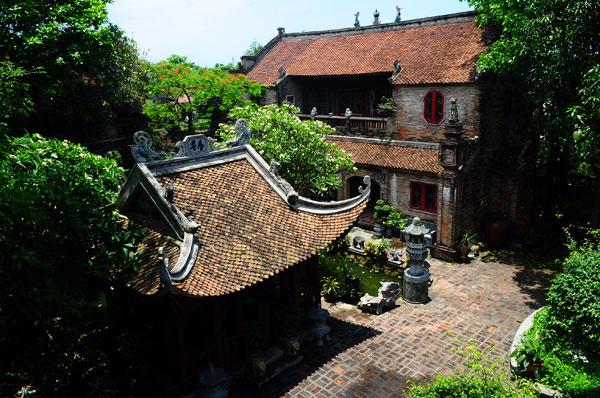Với kiến trúc, nội thất đậm chất văn hóa Việt, Việt phủ Thành Chương được xem như 1 bảo tàng tư nhân đồ sộ về văn hóa dân gian Việt Nam.