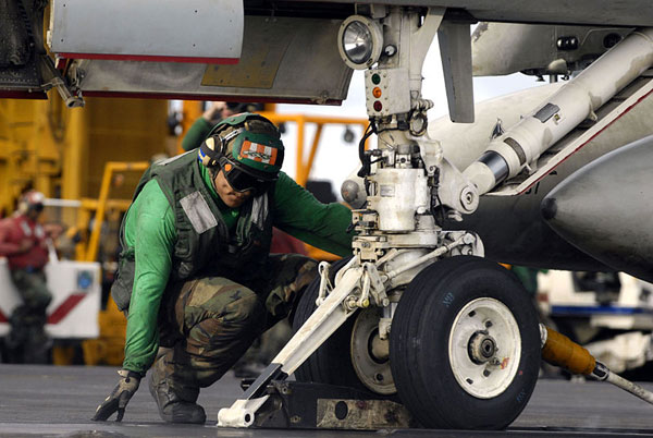 Boong chính: Đây là khu vực triển khai phóng và thu hồi các máy bay hoạt động trên hàng không mẫu hạm. Mặt boong là nơi lắp các máy phóng hơi nước để phóng máy bay cùng hệ thống cáp hãm đà để hãm tốc độ phi cơ khi hạ cánh.  Toàn bộ mặt boong của tàu sân bay lớp Nimitz có diện tích tới 1,8 héc ta.