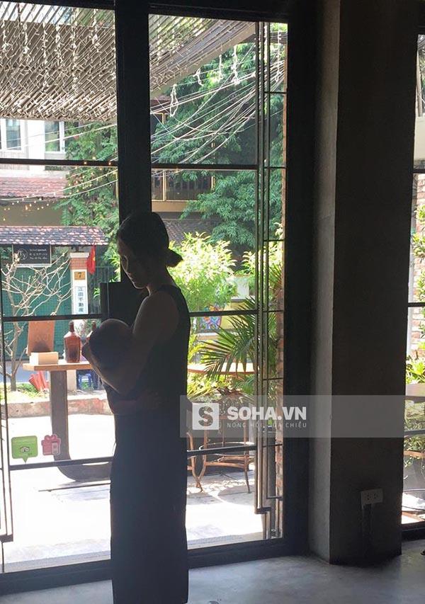 Cận bức hình tự tay chăm sóc con cực hiếm của Tăng Thanh Hà.
