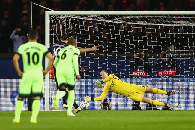 Joe Hart cản phá thành công quả penalty của Ibrahimovic.