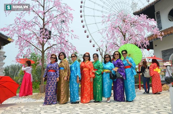 Nhóm phụ nữ trung niên cùng làm điệu với hoa