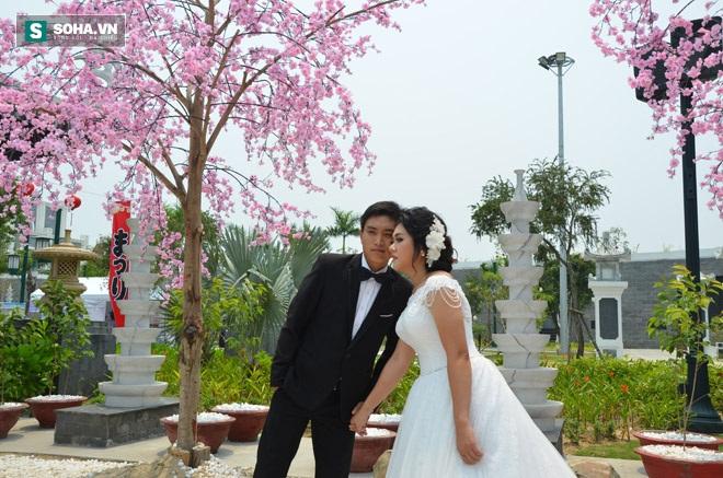 Nhiều cặp đôi cũng tranh thủ chụp ảnh cưới