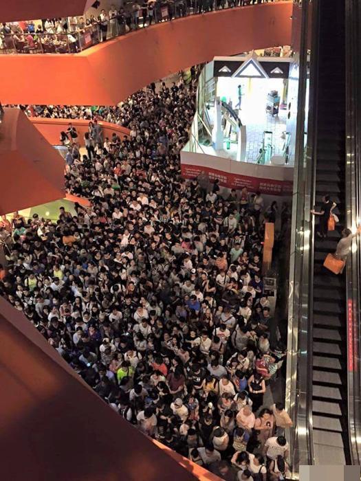 Các tầng của trung tâm thương mại MegaBox chật kín người chờ mua hàng giảm giá. Ảnh: Ifeng