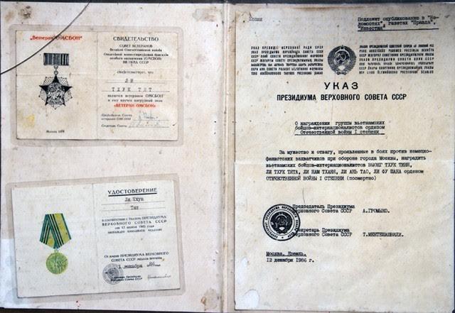 Những bằng chứng nhận và huân chương bằng tiếng Nga được trao cho thân nhân liệt sĩ Lý Thúc Chất