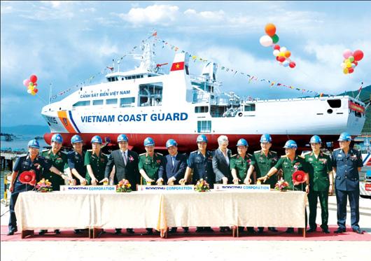 Phó Thủ tướng Chính phủ Nguyễn Xuân Phúc cùng Thủ trưởng BQP và các đại biểu bấm nút hạ thủy tàu đa năng lớp DN-2000 số hiệu CSB 8005 tại Tổng Công ty Sông Thu.