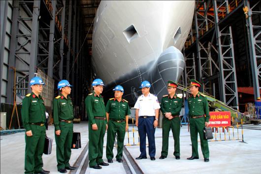 Thủ trưởng BQP và các cơ quan chức năng kiểm tra tiến độ đóng tàu cho Cảnh sát biển tại Tổng Công ty Sông Thu.