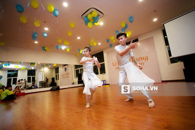 Để chúc mừng ngày khai trương của học viện khiêu vũ, Đăng Quân và Bảo Ngọc đã thể hiện 1 màn biểu diễn khá công phu, ấn tượng.