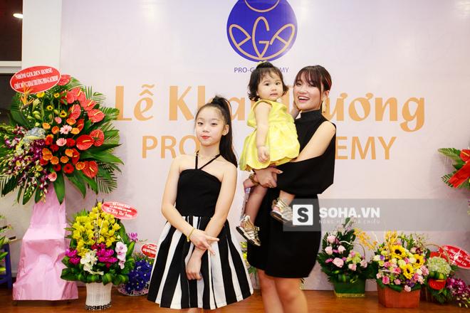 Bảo Ngọc cũng phổng phao và ra dáng 1 thiếu nữ. Cặp đôi quán quân mùa đầu của Vietnams Got Talent vui vẻ hội ngộ biên đạo Quỳnh Trang - người đã đào tạo và đứng sau sự thành công của họ.