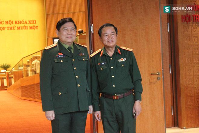 Đại tướng Ngô Xuân Lịch, Chủ nhiệm Tổng cục Chính trị QĐND Việt Nam (trái) và Đại tướng Đỗ Bá Tỵ (phải).