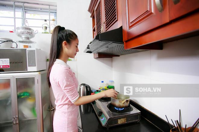 12-13h trưa là khoảng thời gian Thùy Vân nấu và dùng bữa trưa. Thông thường, cô sẽ ăn trưa cùng cả nhà. Cũng có khi, mọi người có việc bận, Vân sẽ tự nấu ăn 1 mình.