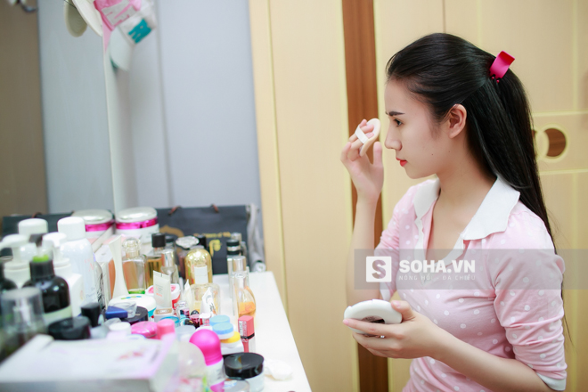 20h30, sau bữa cơm tối với cả nhà, Thùy Vân bắt đầu chuẩn bị để đi làm. Các bước make up đều được nữ dancer thực hiện 1 cách thành thạo.