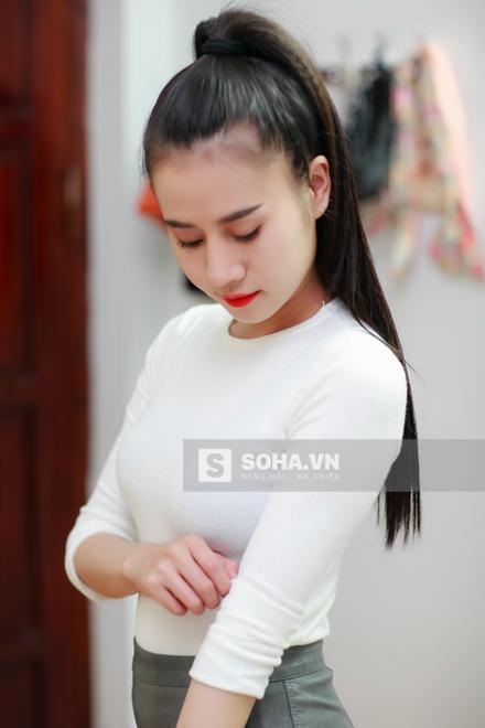 Sau khi make up, Thùy Vân thay đồ và lên đường đi làm. Cô lựa chọn 1 chiếc váy ngắn kèm áo thun ôm sát. Trông nữ dancer rất trẻ trung, năng động.