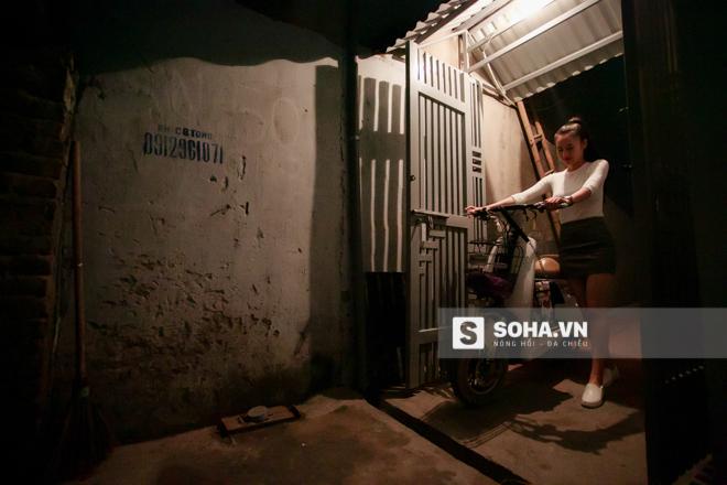 21h20, Thùy Vân bắt đầu đi làm. Từ nhà tới chỗ làm việc chỉ mất khoảng 10 phút di chuyển nên Thùy Vân thường dùng xe đạp điện.