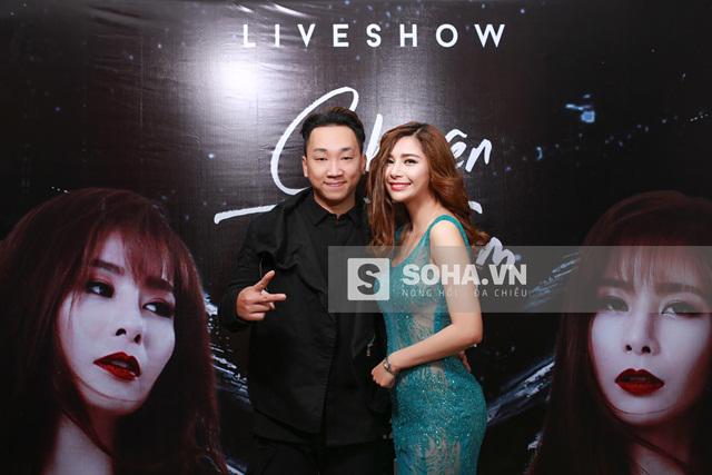 Ngoài đời, T-Akayz và Yanbi là 2 người em thân thiết với Lưu Kỳ Hương. Chính vì rất thân thiết nên Lưu Kỳ Hương và T-Akayz đã có những màn biểu diễn khá ăn ý trên sân khấu và trong MV.