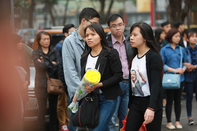 Người hâm mộ Trần Lập cũng đến rất đông chờ vào tiễn biệt thần tượng của mình.