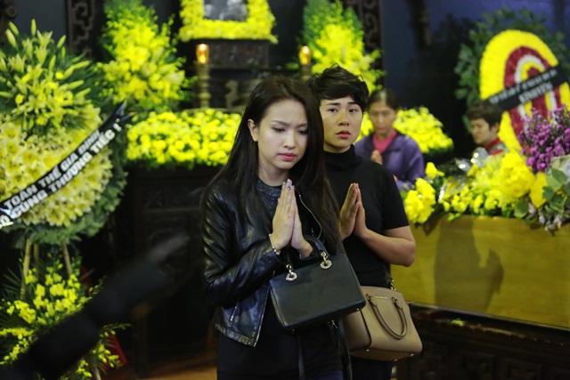 MC Thanh Vân cũng đau buồn khi nhìn mặt tiền bối lần cuối.
