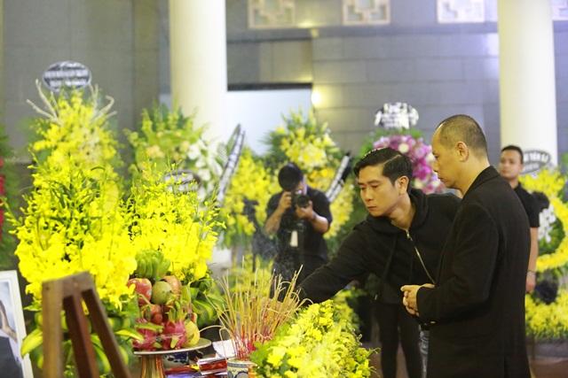 Nhạc sĩ Hồ Hoài Anh đến thắp hương cho Trần Lập.