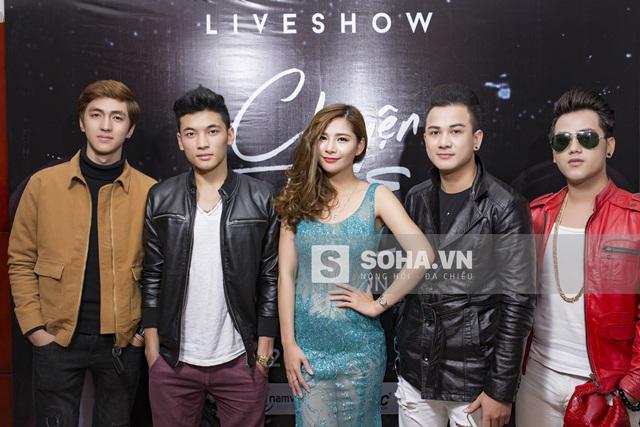 Hot boy Bình An và 2 nam ca sĩ Hồ Quốc Việt, Tăng Nhật Anh cũng tới dự buổi họp báo và chúc mừng minishow Chuyện tình em của Lưu Kỳ Hương.