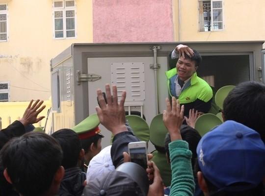 Lê Văn Hảo cố chào người thân sau khi bị tuyên án tử hình (Ảnh Internet)