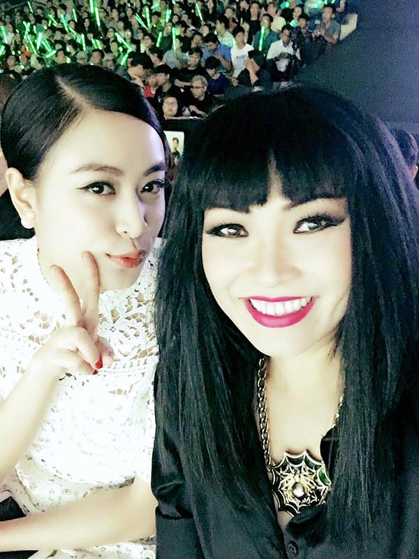 Hình ảnh Hoàng Thùy Linh ngồi hàng ghế khán giả cùng Phương Thanh được chia sẻ trên mạng xã hội.