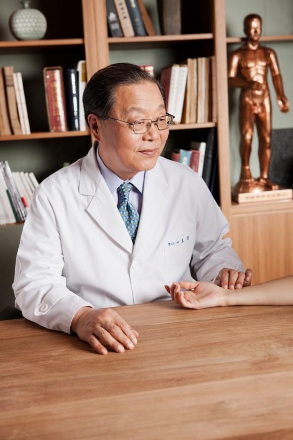 Tiến sĩ Seo Hyo-seok là Viện trưởng Viện Đông y Pyunkang Hàn Quốc. Hiện Viện có 7 chi nhánh của Viện tại Hàn Quốc, 1 chi nhánh tại Đại học Stanton ở California và 1 chi nhánh ở Atlanta, Mỹ.  Tiến sĩ Seo từng tốt nghiệp thủ khoa tại Trường Đại học Kyung Hee, Hàn Quốc. Sau nhiều năm nghiên cứu, ông đã thành công với các công thức thảo dược Pyunkang-Hwan giúp cải thiện khả năng miễn dịch bằng cách tăng cường chức năng của phổi.  Công thức này đã giúp chữa trị hơn 155.000 bệnh nhân mắc phải những tình trạng bệnh khác nhau.