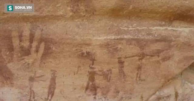 Hình dấu tay đáng ngờ trên hang động.