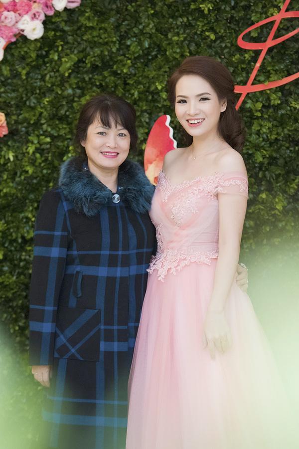 Hình ảnh 2 mẹ con Đan Lê trong 1 sự kiện tại Hà Nội.