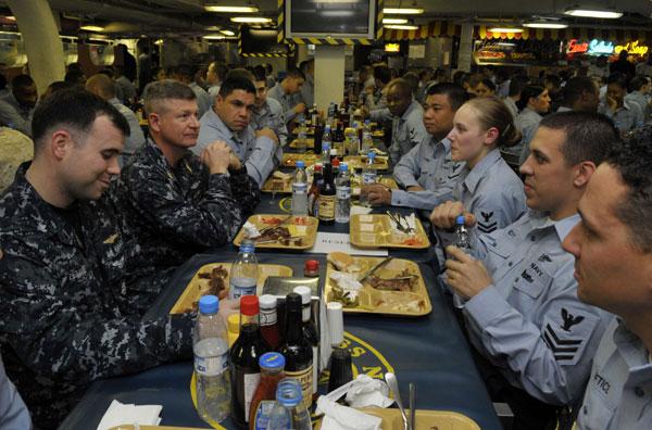 Nhà ăn: Phục vụ bữa ăn cho 5.500 người trên tàu là một công việc không hề dễ dàng. Thủy thủ đoàn được cung cấp bữa ăn với đầy đủ chất dinh dưỡng để đảm bảo sức khỏe hoàn thành nhiệm vụ.