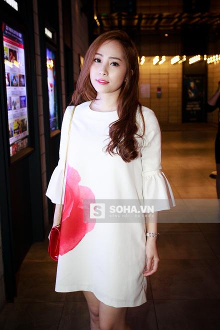 Quỳnh Nga được chồng đưa tới sự kiện. Cô ăn mặc khá giản dị.