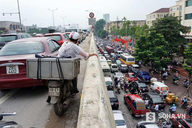 Cảnh tác đường kinh hoàng tại Hà Nội. Ảnh: Nguyễn Lâm.