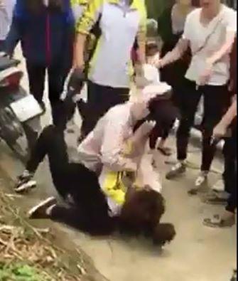Nữ sinh trường THPT chuyên Chu Văn An bị đánh. (Ảnh: Cắt từ clip)