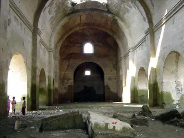 Bên trong đền thờ từng bị chìm dưới nước.