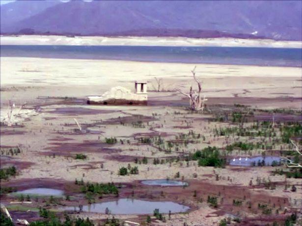 Đập nước khô cạn.