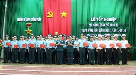 Các sĩ quan phi công nhận bằng tốt nghiệp